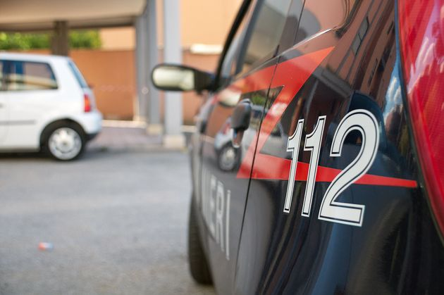 In giro per il centro di Novi incappa nel rivale in amore e cerca di investirlo con la sua auto: denunciato