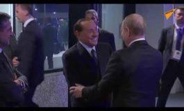 Berlusconi saluta l'amico Putin all'aeroporto (video)