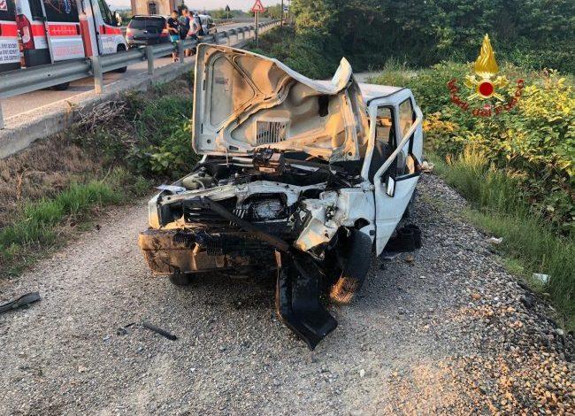 Schianto nel vercellese, ventiduenne finisce con l'auto contro il guard rail: ricoverato in prognosi riservata a Novara