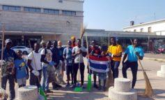 Dopo l'allarme dei negozianti, migranti volontari ripuliscono il centro di Asti