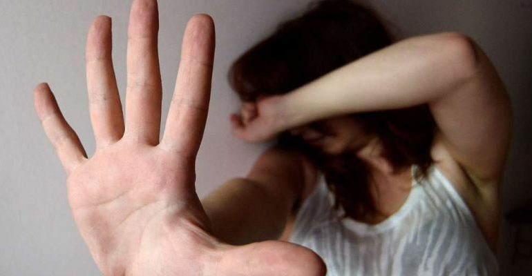 Maltrattamenti fisici e psichici nei confronti della ex moglie: trentunenne finisce ai domiciliari
