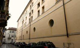 Al palazzo dell'Atc di via Verona hanno chiuso le cantine e i senzatetto adesso dormono sulle scale