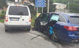Camion dell'Enel non rispetta uno stop e va a sbattere contro un'auto di olandesi: tre bambini all'ospedale per accertamenti