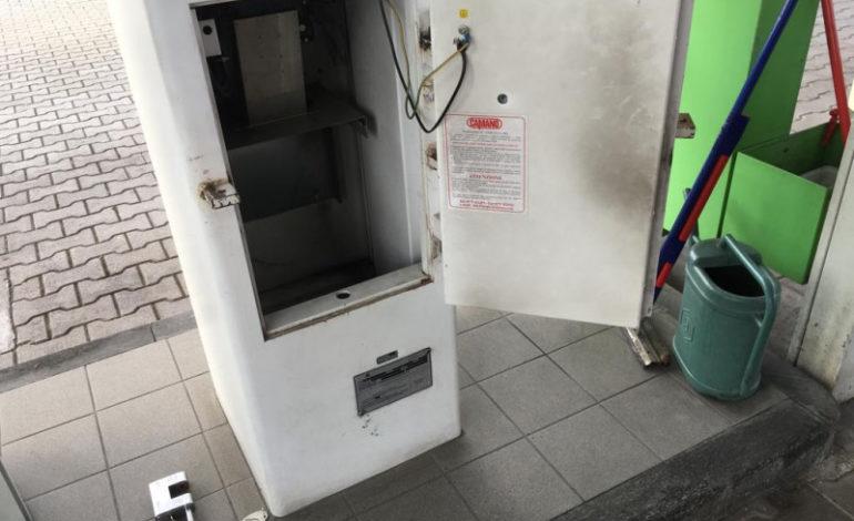 Cercano di forzare la cassa del distributore di benzina ma sono messi in fuga da un addetto alla vigilanza