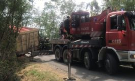 Camion carico di pomodori esce di strada e blocca per due ore il traffico ferroviario fra Tortona e Arquata Scrivia