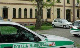 Completamente sbronza al volante urta un'auto parcheggiata e poi tira dritto: fermata dalla Polizia Municipale