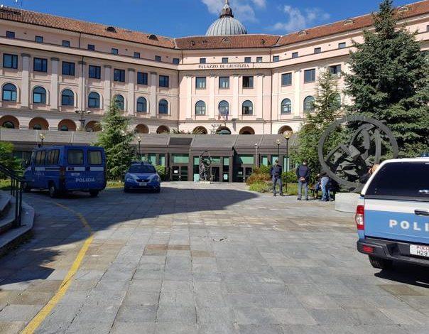 Bomba carta esplode vicino al Tribunale di Asti. Comparso un cartello con minacce rivolte a quattro magistrati