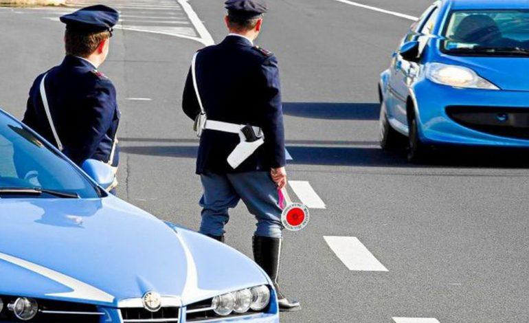 Ubriaco fradicio, fermato per un controllo dalla Polizia Stradale, in segno di scherno esibisce i propri genitali: denunciato