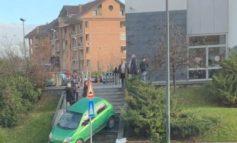 Giù dalla rampa di scale con l'auto: singolare incidente nel parcheggio dell'Esselunga di Valenza