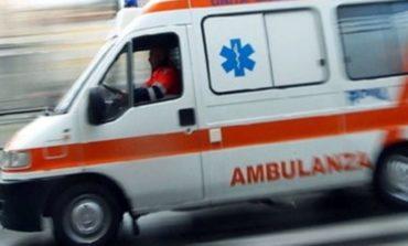Si sprigionano fiamme da una stufa e va a fuoco un appartamento: anziano di cento anni rimasto gravemente ustionato