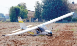 L'aereo va in panne e l'anziano pilota riesce ad atterrare su un campo arato