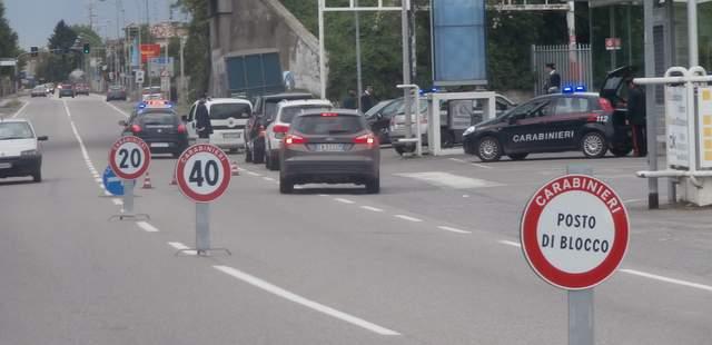 Ubriaco e drogato, al volante dell'auto del compagno della madre, investe una donna e sperona l'auto dei carabinieri