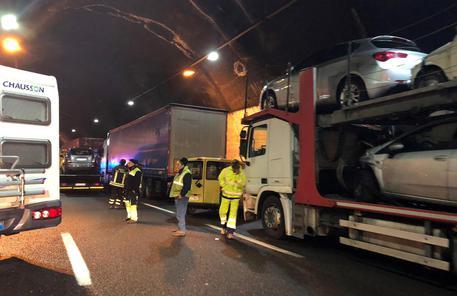 Maxi tamponamento A26: un morto e 29 feriti