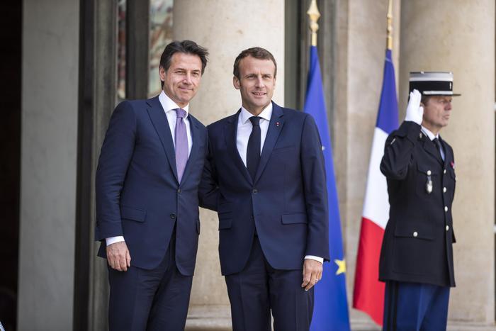 Conte da Macron con proposta hotspot nei Paesi d'origine: convergenza con Parigi