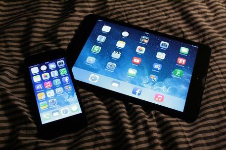 Il 61% degli italiani usa lo smartphone o il tablet a letto