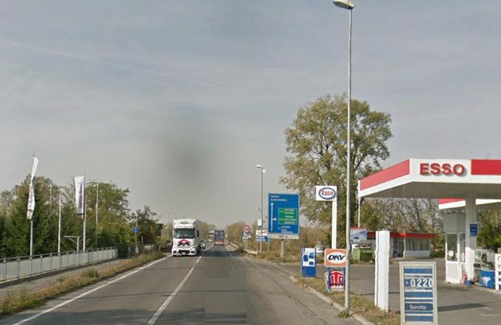 Donna al volante esce dal distributore mentre arriva una moto: lei è quasi illesa, il centauro è grave all'ospedale