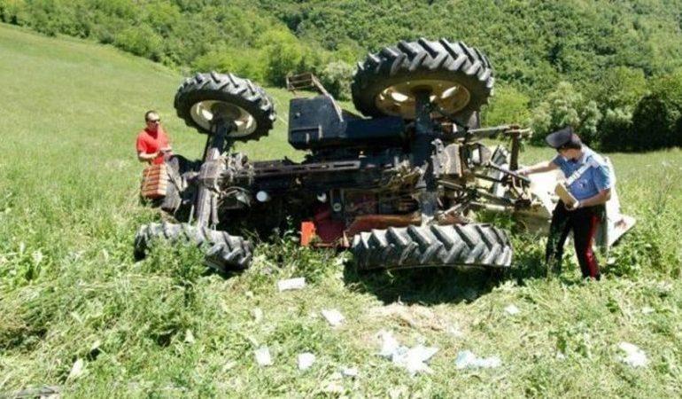 Ennesimo incidente in campagna di un uomo finito sotto il trattore