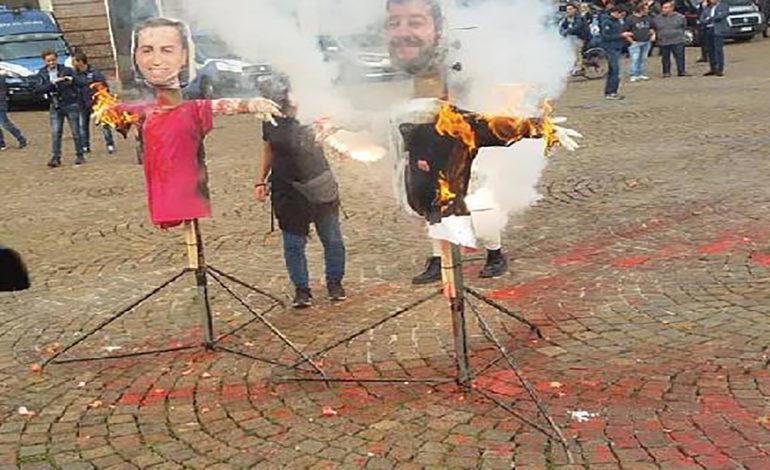 Manichini di Salvini e Di Maio bruciati a Torino: denunciate due studentesse