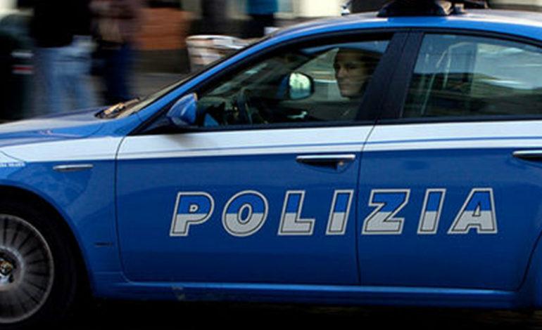 Cerca di strangolare il fratello ma la Polizia interviene e lo ferma appena in tempo