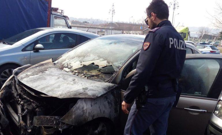 Due auto incendiate nel centro di Casale: probabile la matrice dolosa