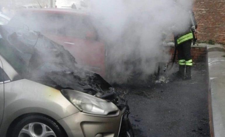 Forse identificato il piromane che a febbraio diede fuoco a due auto in piazza Castello a Casale