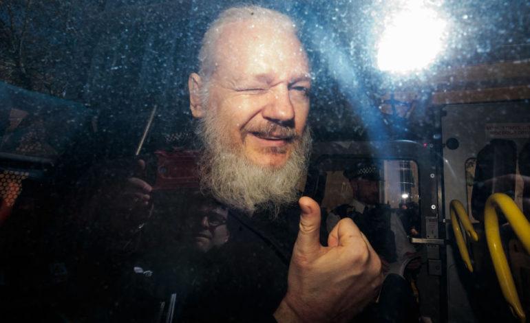 Il fondatore di WikiLeaks Julian Assange arrestato a Londra