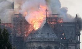 Parigi, incendio a Notre-Dame, fiamme e fuoco dal tetto, crollata la guglia