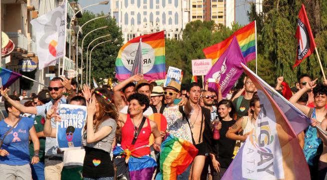 Domani al via il primo Pride alessandrino: partenza alle 16 dai giardini della stazione, alla sera cibo e musica alla Ristorazione Sociale