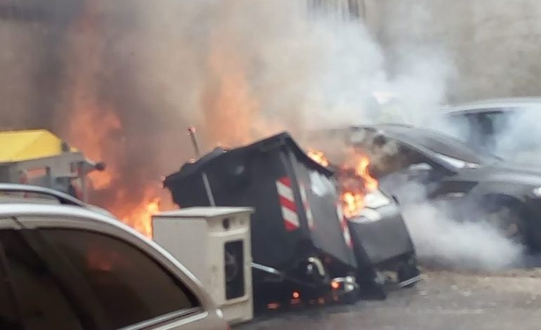 Piromani in azione a Tortona: a fuoco un cassonetto dell'immondizia, coinvolte anche due auto