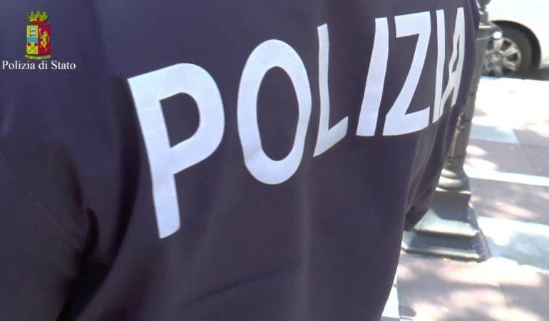 Ucraina residente ad Asti trova per terra marsupio pieno di soldi e carte di credito e lo consegna alla Polizia