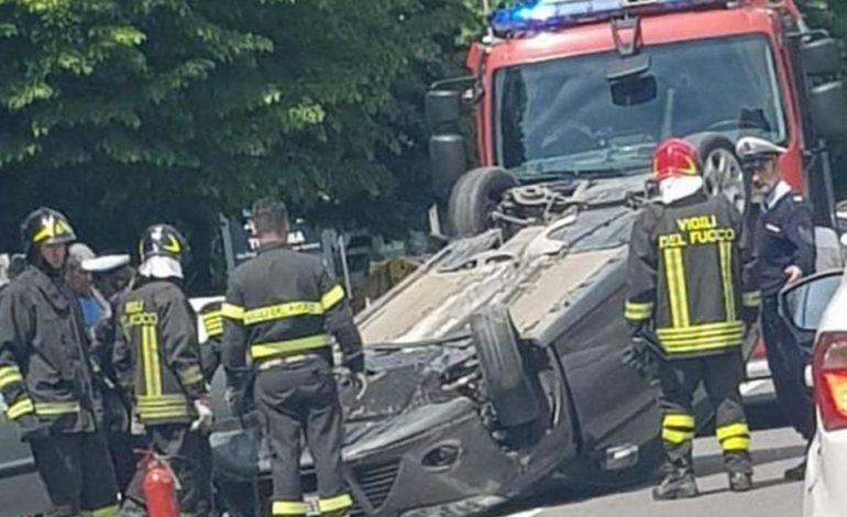 Incidente davanti alle scuole a Tortona: auto tampona un'altra vettura e si ribalta, traffico in tilt per oltre un'ora
