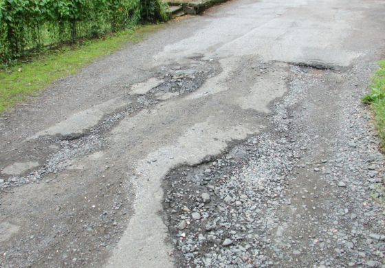 Buche e strade deteriorate: come chiedere un risarcimento in caso di incidente