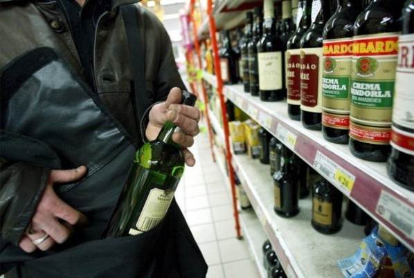 Tenta di rubare alcolici per un valore complessivo di quasi 400 euro ma è bloccata e denunciata