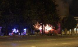 Forse per un corto circuito vanno a fuoco due camper parcheggiati proprio vicino alla caserma dei pompieri