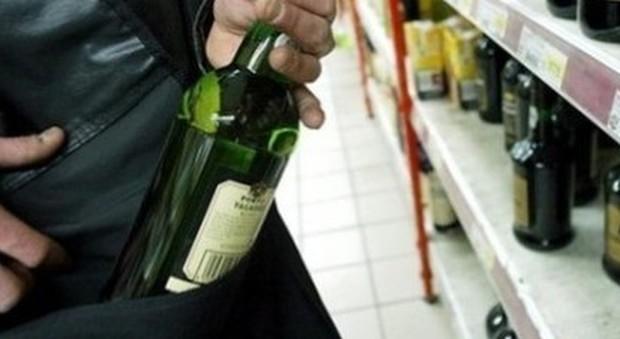 Tentano di rubare superalcolici al supermercato: denunciati