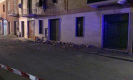 Crolla cornicione in via Bottazzi: danneggiate tre auto ed un furgone
