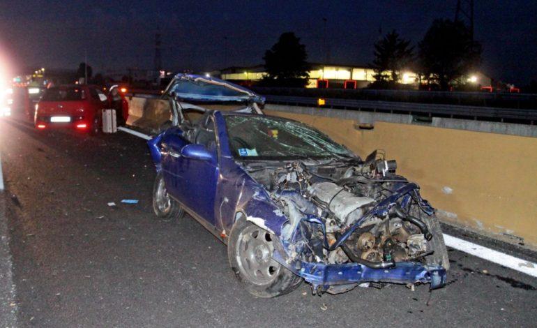 Auto finisce contro guard rail ed è poi tamponata da un'altra vettura: morte due persone sulla A4