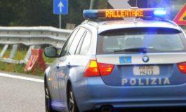 Camionista perde parte del carico ma fa in tempo ad avvisare la Polstrada che interviene