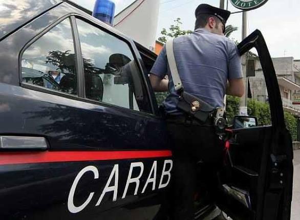Ruba il bancomat al vicino di casa e preleva circa duemila euro: smascherato dalle telecamere