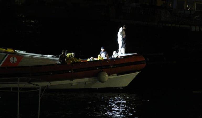 Lampedusa: una mamma abbracciata al figlio tra i 12 migranti annegati in un barcone affondato la settimana scorsa