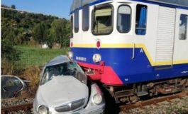Treno travolge auto: ferito il conducente