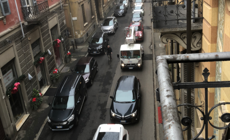 Corteo per il clima sulle note di Bella Ciao (?) con una coda di auto in attesa lunga centocinquanta metri