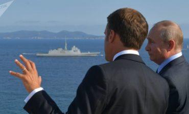 Macron, ormai al delirio, detta l'agenda a Putin