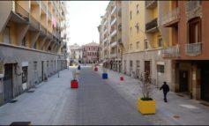 Nuovo look per via Dossena: via i vasoni colorati stile Mondrian e riapertura al traffico delle auto
