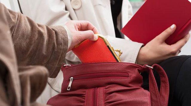 Ruba portafoglio ad un'anziana durante la messa: arrestato