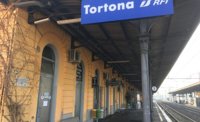 Tortona, clochard trovato morto per il freddo su una panchina della stazione