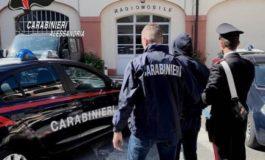 Ruba vestiti al mercato in piazza Garibaldi ma è subito bloccato e arrestato