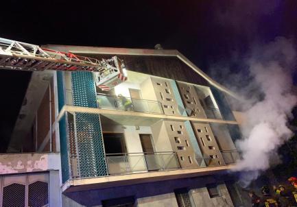A fuoco uno stabile abbandonato in via Palermo ad Alessandria: due persone finite all'ospedale in codice rosso