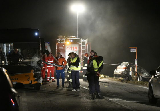 Cuneo, auto si scontra frontalmente con un pullman: morta una collaboratrice domestica di 50 anni