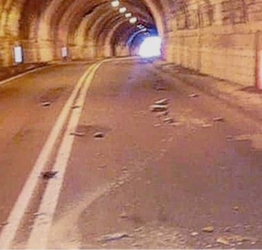 Italia a pezzi, e non è un modo di dire: in una galleria della bergamasca sono caduti calcinacci, colpita un'auto